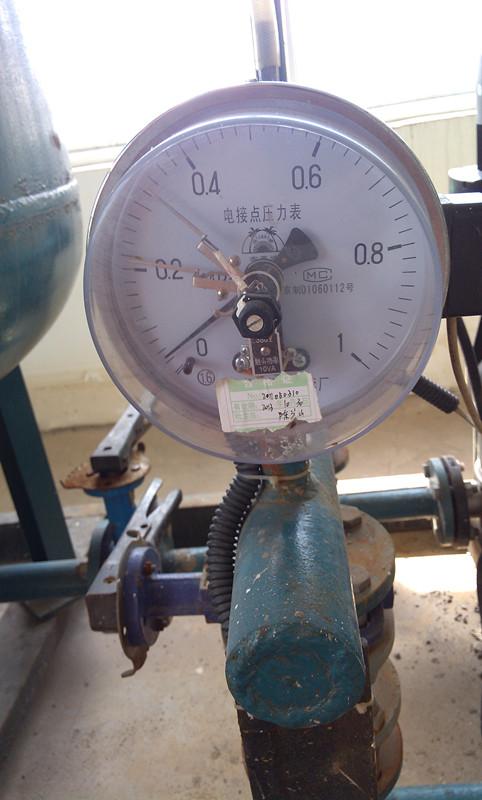 带继电器及接触器的电气线路来控制被测压力的变化