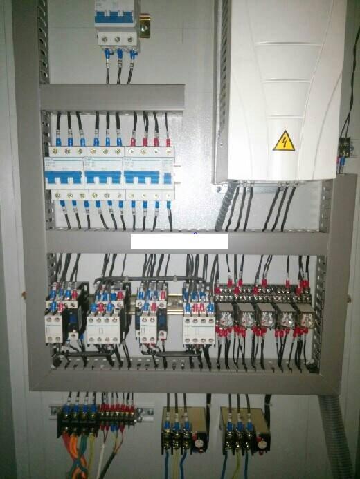无负压变频器控制柜主要用于调节设备的工作频率,减少能源损耗,能够平稳启动设备,减少设备直接启动时产生的大电流对电机的损害,同时自带模拟量输入(速度控制或 反馈信号用),PID控制,泵切换控制(用于恒压),通信功能,宏功能(针对不同的场合有不同的参数设定),多段速等等。无负压变频器控制柜可广泛适用于工农业生产及各类建 筑的给水、排水、消防、喷淋管网增压以及暖通空调冷热水循环等多种场合的自动控制。 无负压变频器控制柜应用领域: 无负压变频器控制柜应用于工业领域,无负压变频器控制柜特别适合风机水泵传动,典型的应